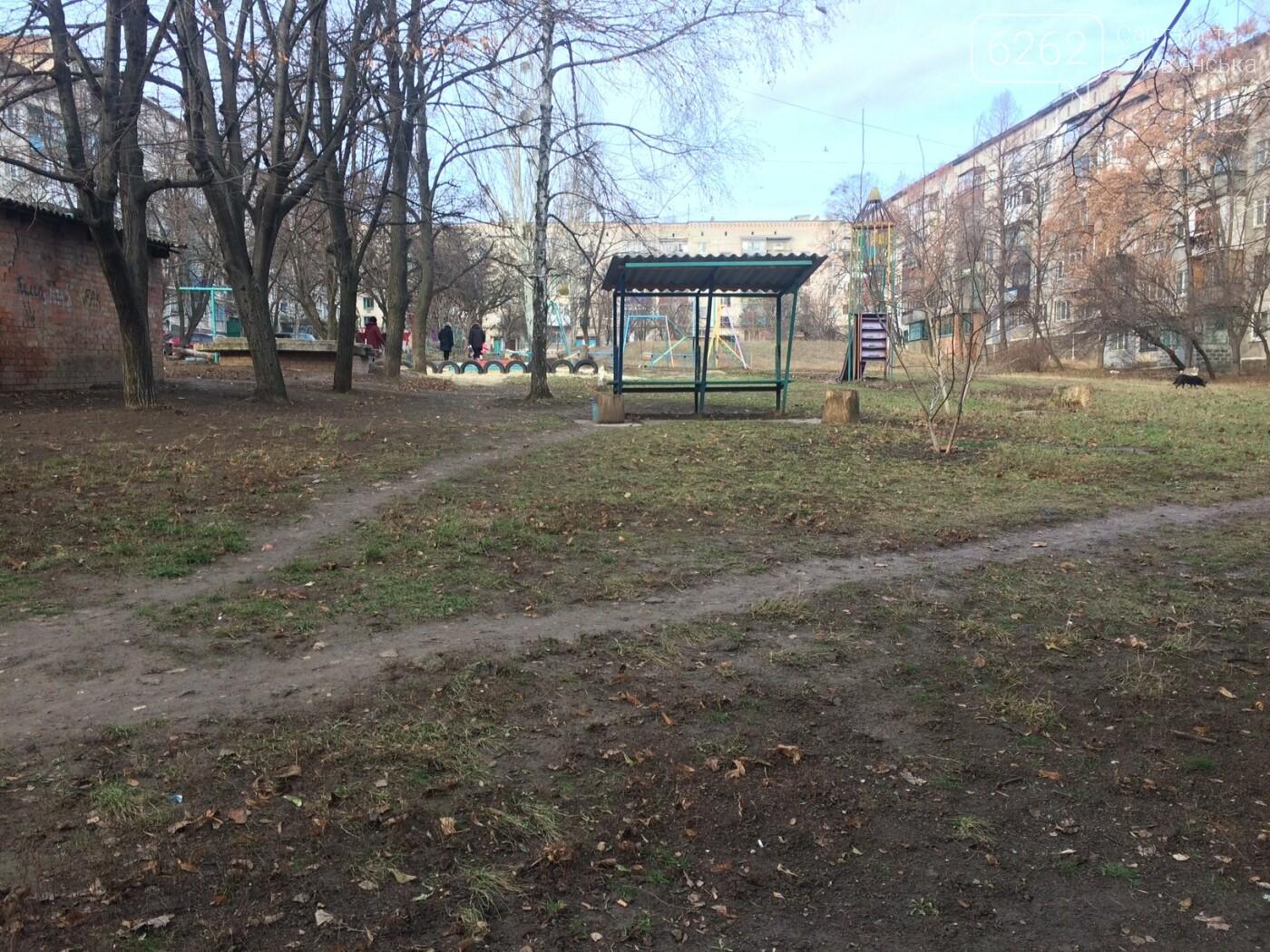 Работа коммунальных служб в одном из дворов Славянска (фото), фото-4