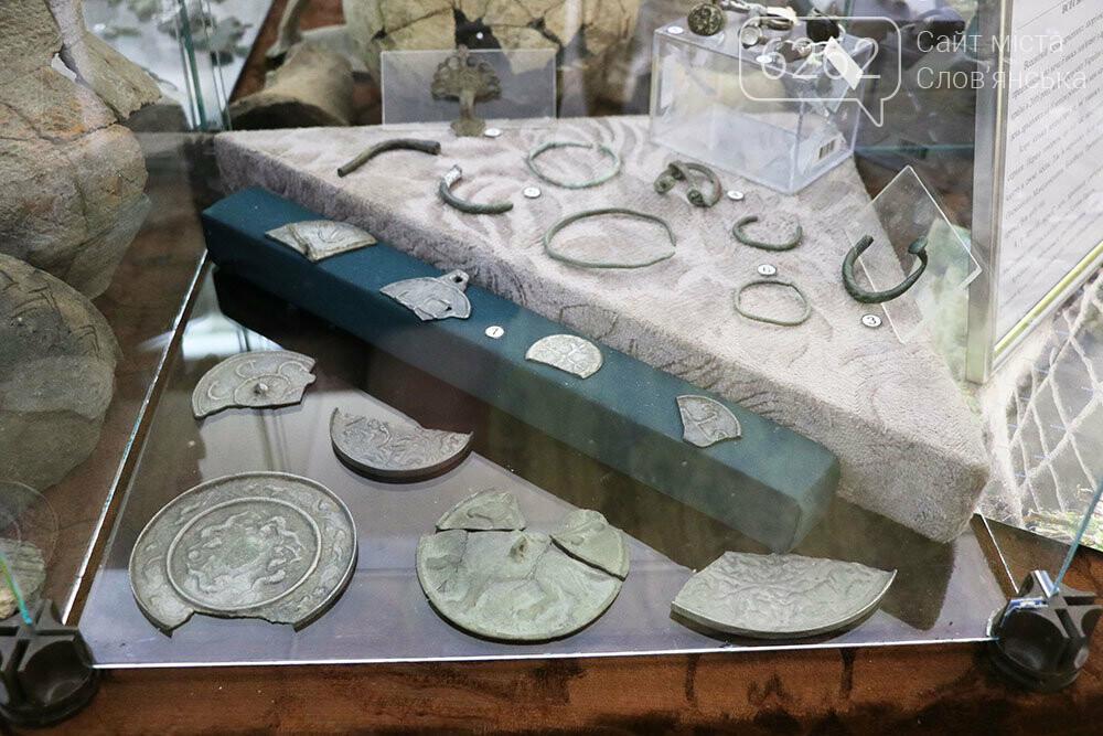 Знаряддя Палеоліту та язичницькі амулети: унікальна виставка у музеї Слов'янська, фото-4