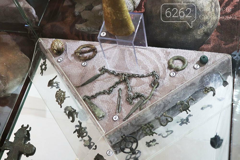 Знаряддя Палеоліту та язичницькі амулети: унікальна виставка у музеї Слов'янська, фото-14