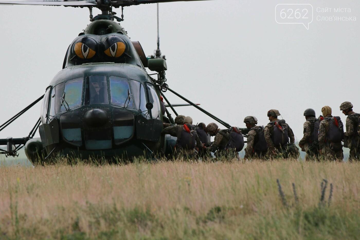 Стрибки з парашутами на околицях Дружківки. Як проходить бойова підготовка десантників - ВІДЕО, фото-1