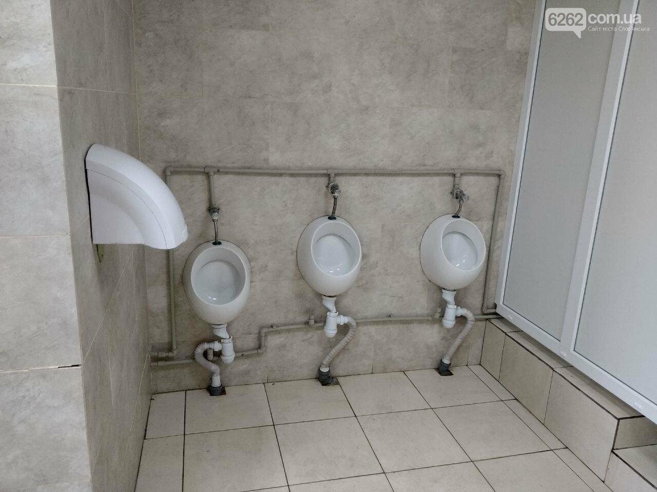 Відсутність замків на дверях та бруд. Що відбувається з туалетом за мільйон у парку Шовковичному, фото-2