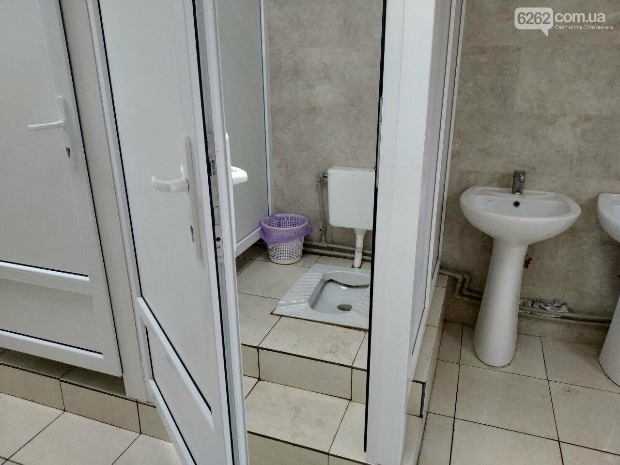 Відсутність замків на дверях та бруд. Що відбувається з туалетом за мільйон у парку Шовковичному, фото-4