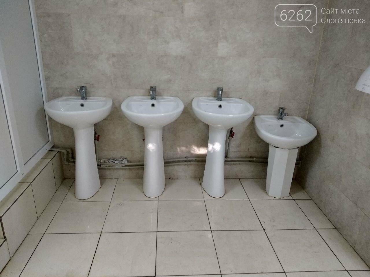 Відсутність замків на дверях та бруд. Що відбувається з туалетом за мільйон у парку Шовковичному, фото-5