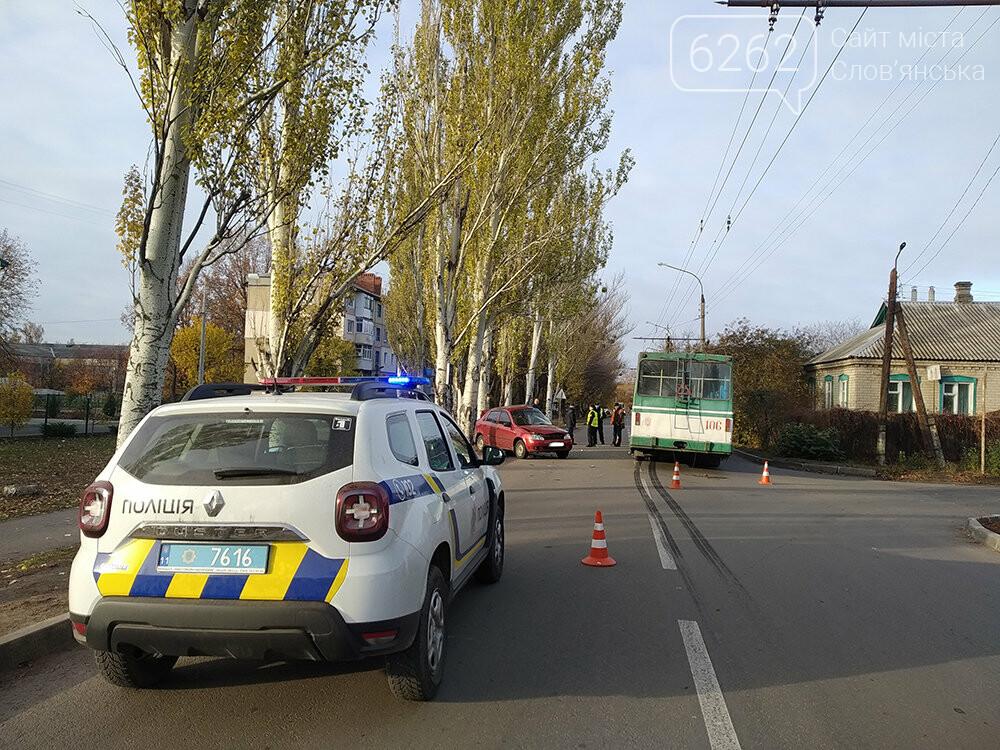 У Слов`янську легкова автівка зіткнулася з тролейбусом, фото-1
