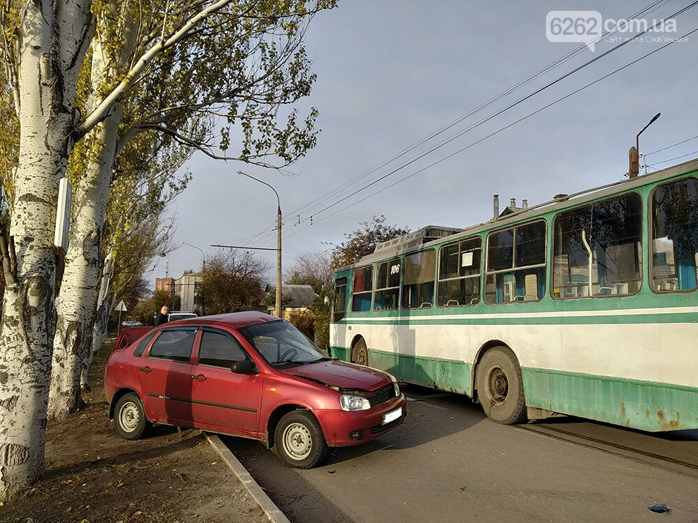 У Слов`янську легкова автівка зіткнулася з тролейбусом, фото-2