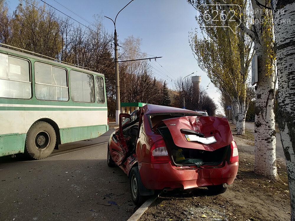 У Слов`янську легкова автівка зіткнулася з тролейбусом, фото-5