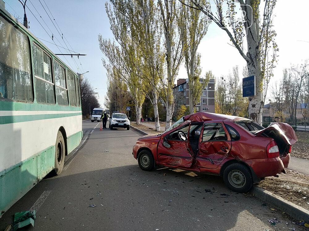 У Слов`янську легкова автівка зіткнулася з тролейбусом, фото-6