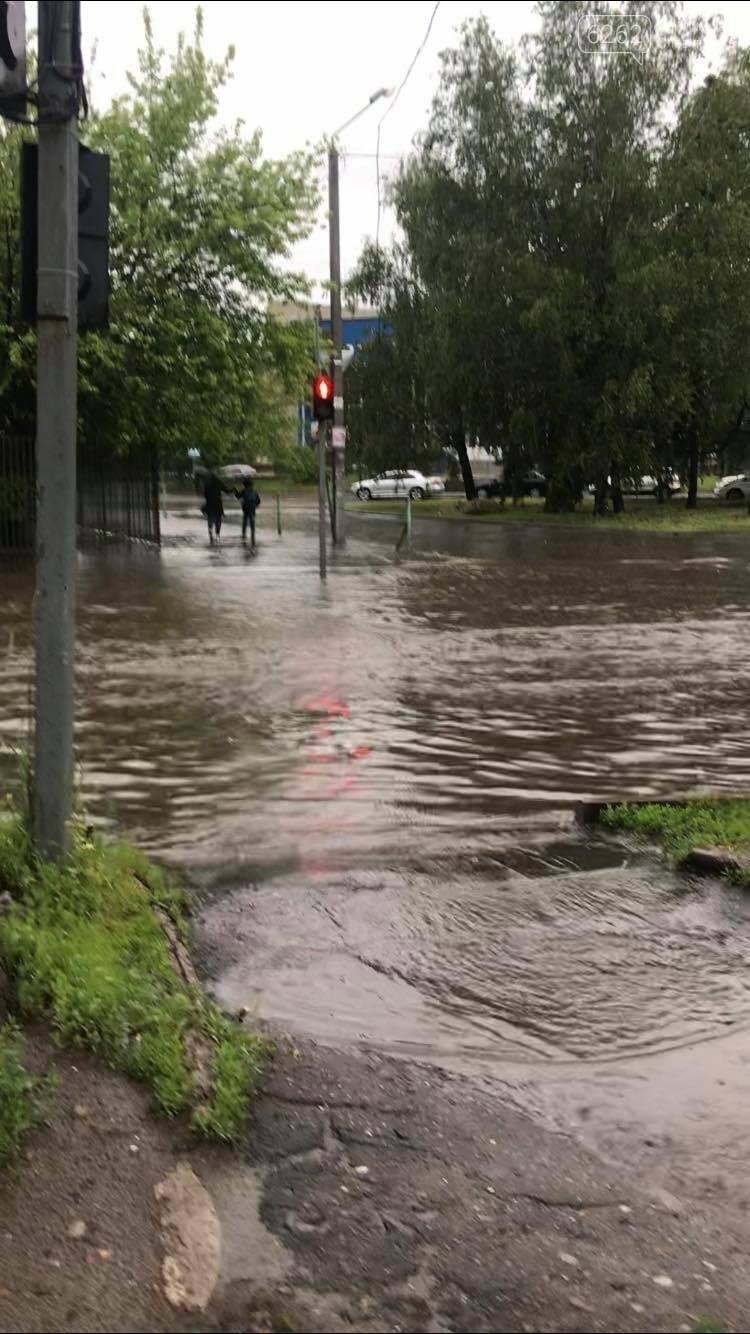 Випливайте на човнах. Дощ у Слов'янську перетворив дороги і тротуари на ріки (фото) , фото-2