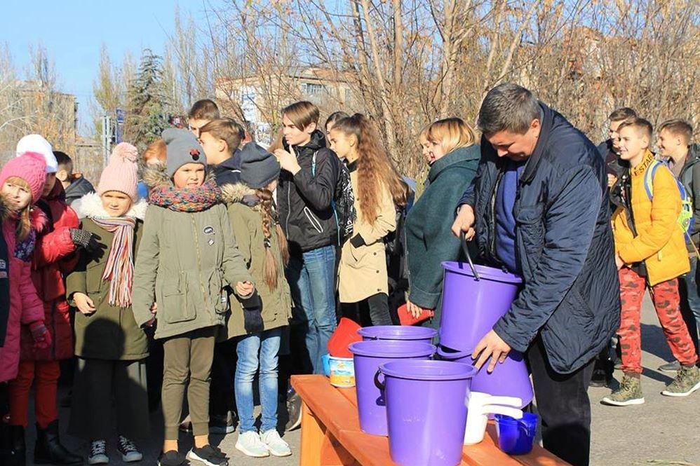 В Славянске в озеро Шелковичное выпустили рыбу, фото-1
