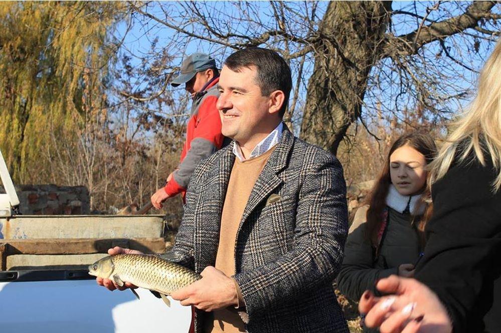 В Славянске в озеро Шелковичное выпустили рыбу, фото-3