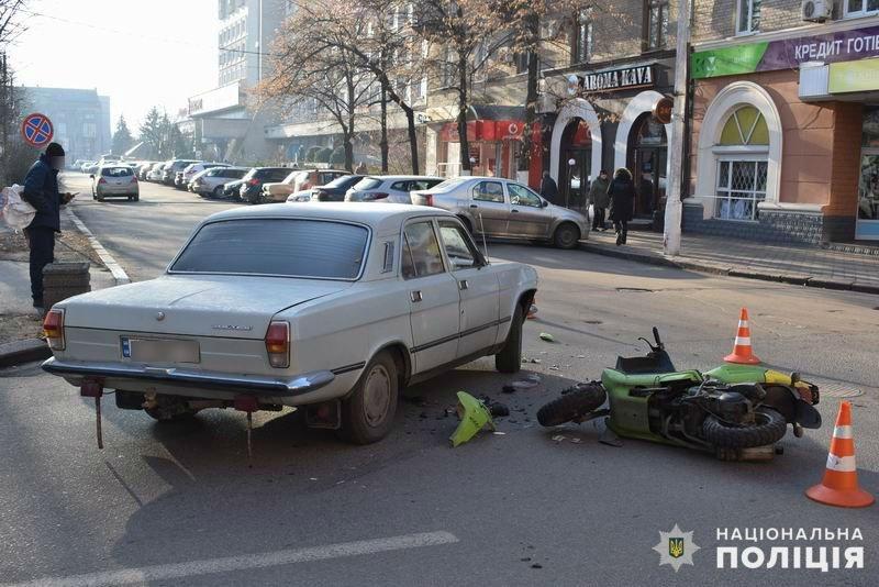 Перелом ноги и госпитализация. В центре Славянска произошло ДТП с участием скутера, фото-1