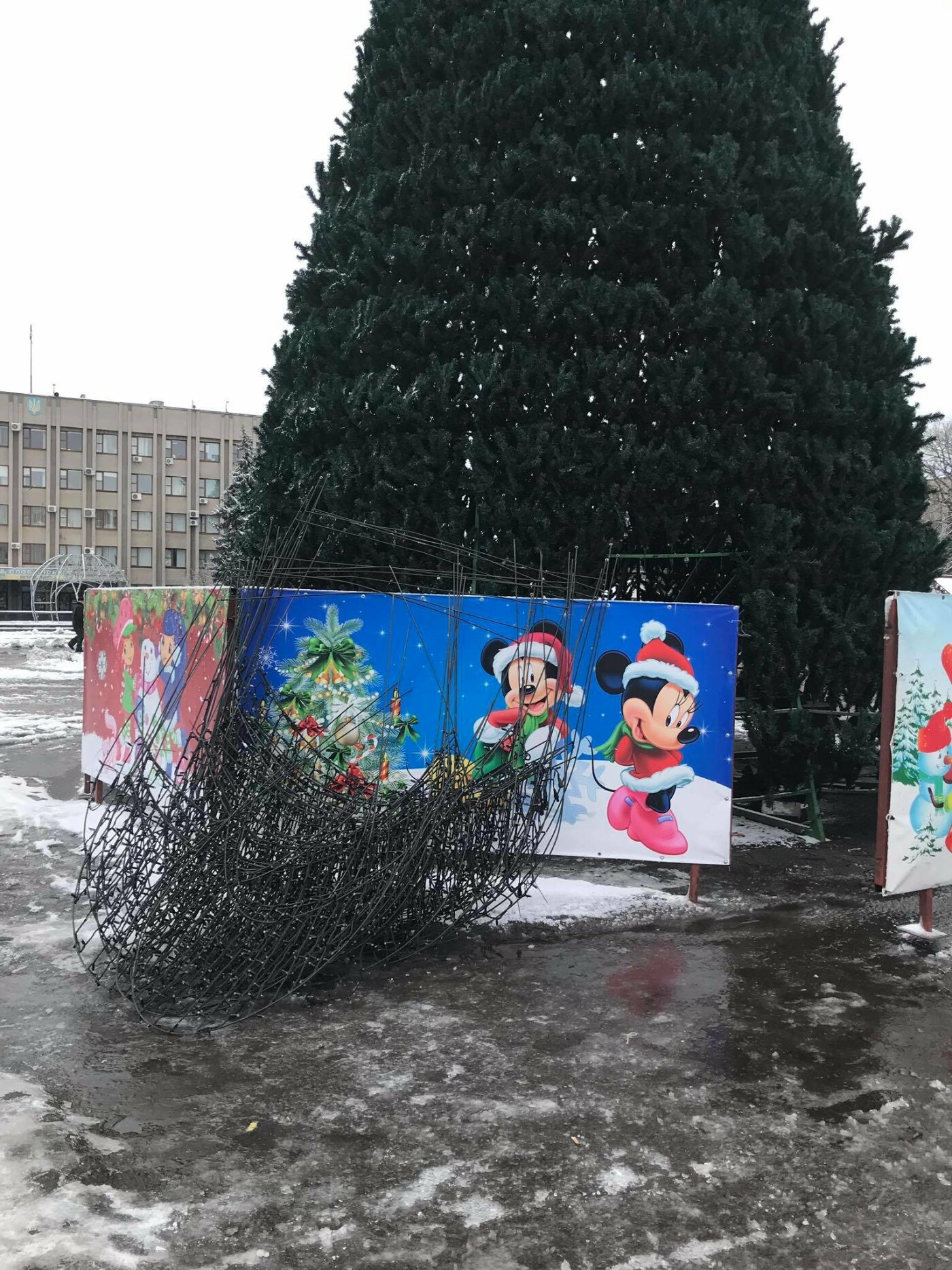 Новорічну ялинку у Слов'янську прибирають, фото-1