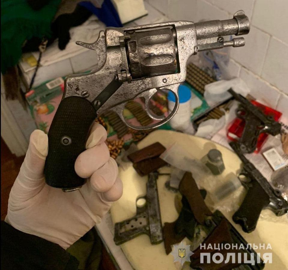 Пістолети, боєприпаси та наркотики. Правоохоронці обеззброїли мешканця Слов'янська, фото-1