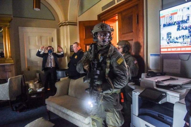 Штурм Капітолія і четверо загиблих: що відбувається у США (фото, відео), фото-1