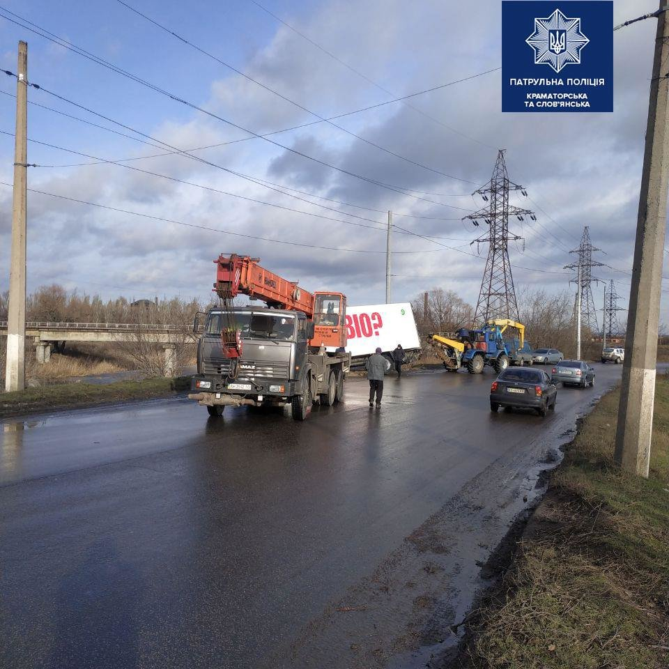 У Слов'янську сталася ДТП за участю вантажівки. Рух тимчасово ускладнений, фото-1