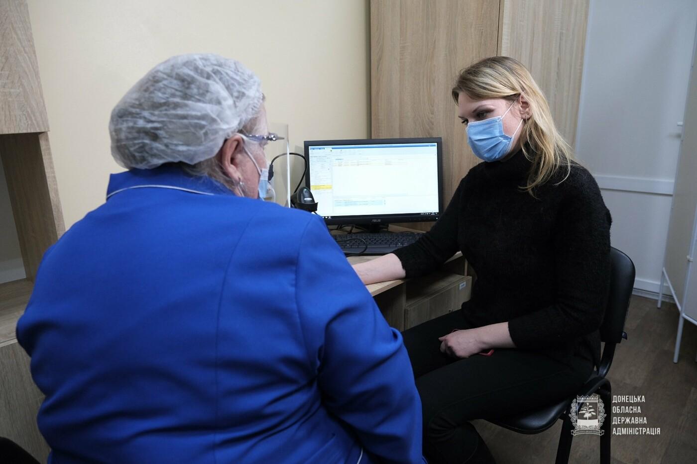 У Донецькій області першу дозу вакцини проти COVID-19 отримала медсестра, фото-1