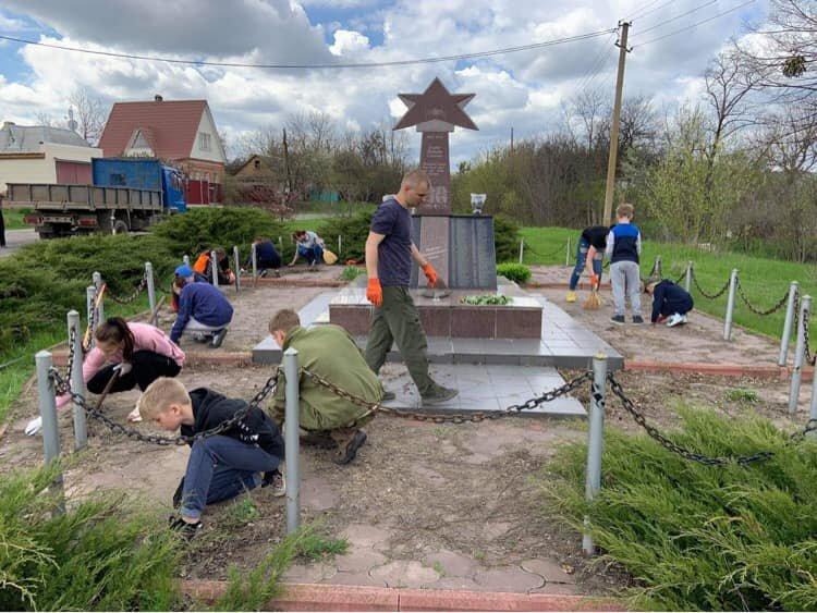 Молодь прибрала пам'ятники, де загинули солдати у часи Другої світової війни , фото-2
