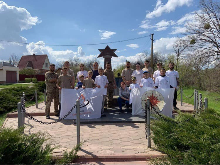 Молодь прибрала пам'ятники, де загинули солдати у часи Другої світової війни , фото-1