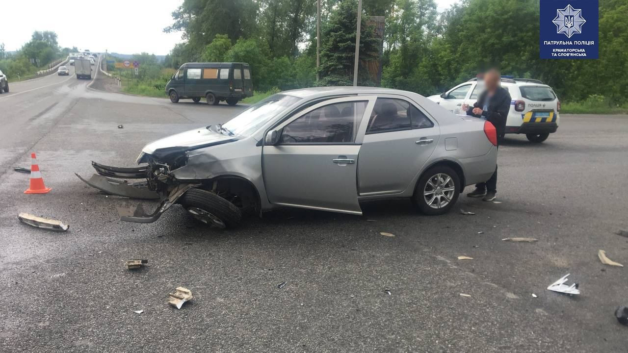 BMW у кюветі, а Geely відірвало передню частину. ДТП під Слов'янськом, фото-1
